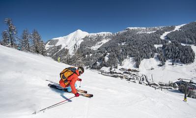 Österreich, Salzburg, Junger Mann, Skifahren in den Bergen von Altenmarkt Zauchensee