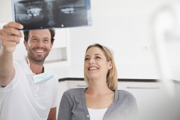 Deutschland, Zahnarzt und Patient Betrachtungs x ray