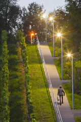 Deutschland, Stuttgart, Teenager, Treppensteigen mit Aktenkoffer
