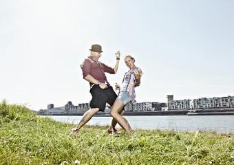 Deutschland, Köln, Paar spielt Luftgitarre