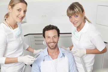 Deutschland, Mann, der seine Zähne von Zahnarzt untersucht
