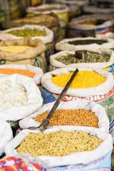Indien, Uttarakhand, Rishikesh, verschiedene Linsen im Sack