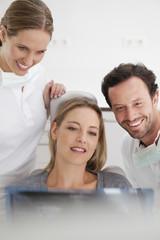 Deutschland, Zahnarzt mit Patienten Betrachtungs x ray