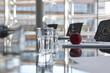Gläser Wasser am Konferenztisch