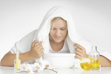 Junge Frau mit Aromaöl