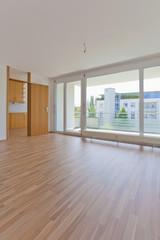Deutschland, Blick auf Wohnzimmer mit Balkon