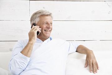 Spanien, Senior Menschen sprechen über Handy