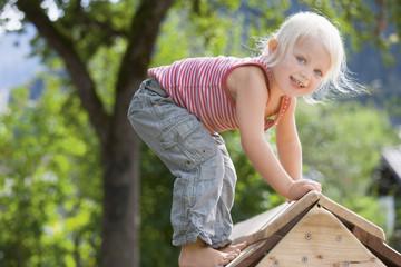 Deutschland, Mädchen auf Spielplatz spielen
