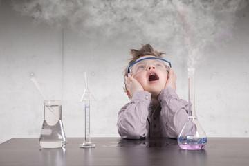 Deutschland, Brandenburg, Junge Erforschung mit chemischem Produkt