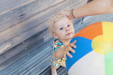 Portrait von kleinen Jungen, halten Beach-Ball