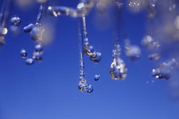 Spritzwasser vor blauem Hintergrund