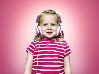 Lächelnde junge Mädchen hören mit Kopfhörer