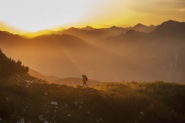 Österreich, Land Salzburg, Mann Wandern durch Niederen Tauern bei Sonnenaufgang