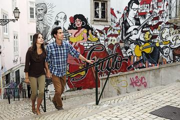 Portugal, Lisboa, Mouraria, junge Paare vor der Wandmalerei