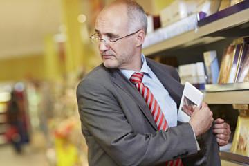 Deutschland, Köln, Mann Ladendiebstahl im Supermarkt