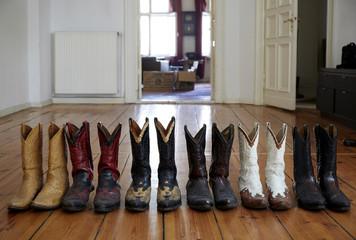 Deutschland, Berlin, Cowboy-Stiefel auf Holzboden