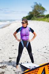 Deutschland, Schleswig-Holstein, Frau im Neoprenanzug am Strand steht