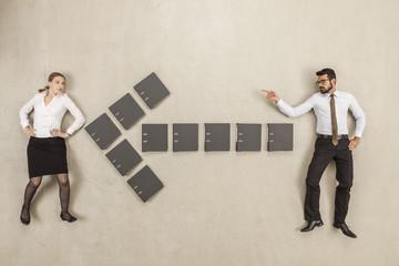 Aktenordner bilden Pfeil-Zeichen zwischen zwei Geschäftsleuten