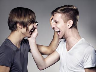 Junge Männer Gesicht mit Schokokuss