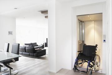 Deutschland, Köln, Rollstuhl im Aufzug
