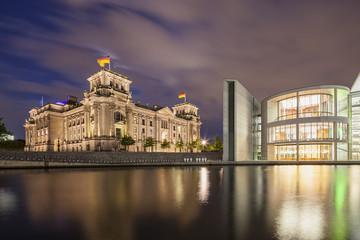 Deutschland, Berlin, Ansicht der Reichstagskuppel und Paul -Löbe- Haus in der Nacht
