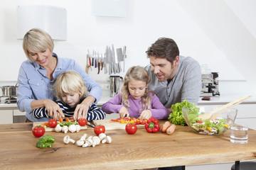 Deutschland, München, Familie Zubereitung von Speisen in der Küche