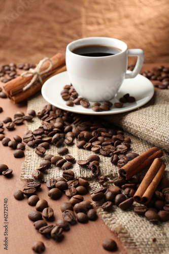 Aluminium Cafe Coffee beans and cup of coffee on table on brown background