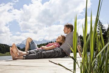 Deutschland, Paar auf Steg Entspannung