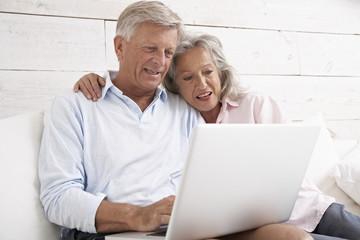 Spanien, Senior paar E-Mails checken auf Laptop