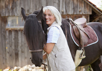 Deutschland, Bayern, Frau umarmt Pferd