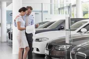 Beim Autohändler, Paar im Showroom