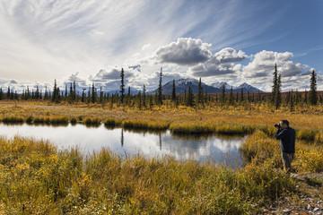 USA, Alaska, Tourist, der Fotografie der Landschaft im Herbst