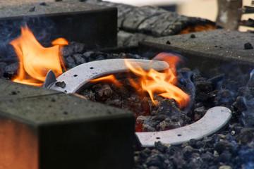 Deutschland, Hessen, Schmied mit Hufeisen Feuer