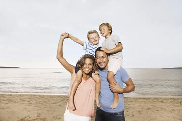 Spanien, Familie am Strand bei Palma de Mallorca