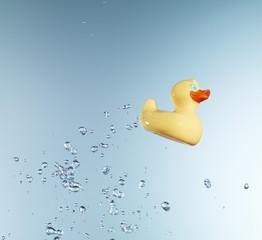 Gummi-Ente vor blauem Hintergrund