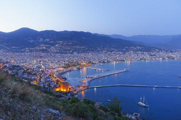 Türkei, Alanya, Ansicht roter Turm mit Hafen