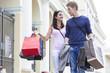 Polen, Warschau, Junges Paar auf Einkaufstour