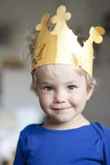 Deutschland, Kiel, Mädchen trägt eine Krone