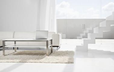 Spanien, Modern Wohnzimmer mit Laptop und Treppen
