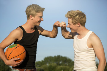 Deutschland, zwei junge Menschen treffen sich, Basketball zu spielen