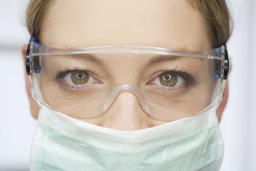 Deutschland, Zahnarzt mit Schutzbrille und Mundschutz in Zahnarztpraxis