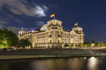 Deutschland, Berlin, Reichstagskuppel in der Nähe von Spree bei Nacht