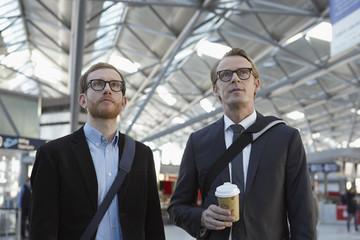 Deutschland, Köln, Männer am Flughafen warten