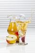 Glas Apfelsaft neben Äpfeln und Krug