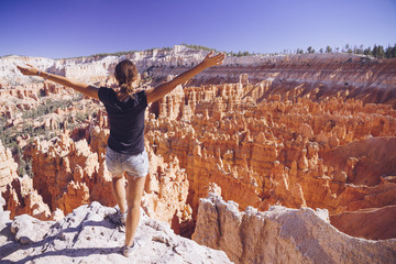 USA, Utah, Touristen schauen in den Hoodoo Felsformationen im Bryce Canyon National Park