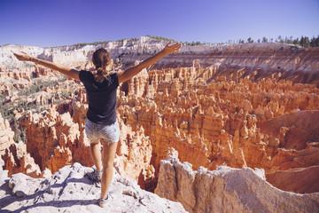 USA, Utah, Touristen schauen in den Hoodoo Felsformationen im Bryce Canyon National Park