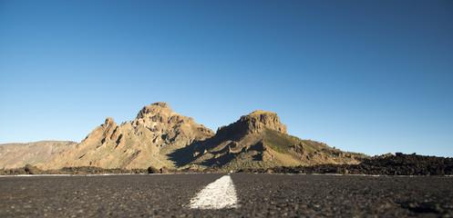 Spanien, Kanarische Inseln, Teneriffa, Teide-Nationalpark, Straße, im Hintergrund Montana de Chasna