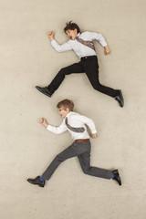 Business- Jungen rennen in der Gegenrichtung