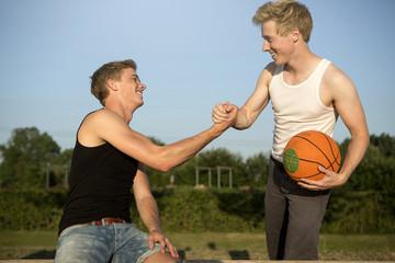Deutschland, Zwei junge Männer treffen sich, Basketball zu spielen