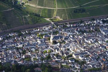 Deutschland, Rheinland-Pfalz, Blick auf Bad Neuenahr Ahrweiler mit Stadttoren und Weinbergen
